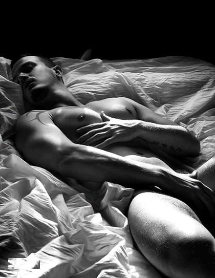 фото голого спящего парня
